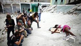 Fotohyenismus: Fotografové se vrhli na mrtvou dívku (†14) jako divá zvěř!