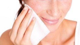 Pozor! Odličovací ubrousky způsobují  vrásky a akné