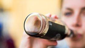 Kola a další slazené nápoje zdraží kvůli nové dani. Britové bojují s obezitou