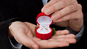 Víte, kde se vzaly zásnubní prsteny? A proč je nosíme na levé ruce?