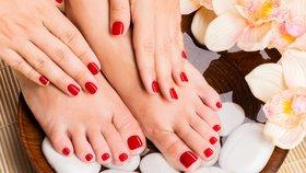Jak dostat lak na nehty ze sedačky, koberce nebo oblečení? Poradíme vám!