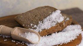 Češi denně sní 3 lžičky soli! Skrytě v přesoleném pečivu