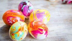 Barvení vajíček lakem na nehty. Vypadají nádherně, ale k jídlu nejsou