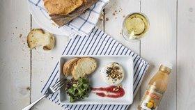 Sezóna grilování: salát z polníčku s brusinkovým dresinkem a balzamikovým krémem a grilovaným camembertem