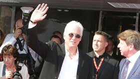 Karlovy Vary ONLINE: Gere poklekl před Barťákem a pak se schovával ve VIPu, ale byl přistižen! A hvězdy pařily na Lucii. Máme FOTO