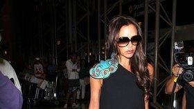 Victoria Beckham na letišti v šatech, které sama navrhla. Jak se vám líbí?