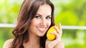 9 tipů, jak využít citron v domácnosti. Vyčistí mikrovlnku, prkénka i odolné skvrny
