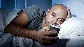 Sjíždíte mobil i před spaním? Zaděláváte si na velké problémy, varují experti