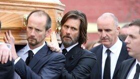 Poslední sbohem: Jim Carrey nesl v slzách rakev expřítelkyně, která spáchala sebevraždu