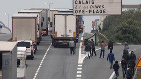 """Britové chtějí stavět protiuprchlickou zeď: V Calais """"obrní"""" dálnici"""