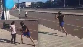 Zlodějův trapas: Muž ukradne ženě kabelku, ona mu vezme motorku