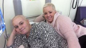 Dojemné! Zachránila sestře s rakovinou život a ostříhala si vlasy, aby ji podpořila