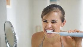 Dokonalé čištění zubů? Pořiďte si měkký nebo sonický kartáček