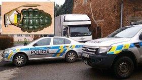 Hledači militarií našli granát: Odjistili ho a zahodili před garáž