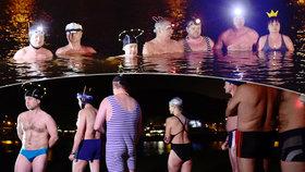 Brr, podívejte se: Otužilci si v prosinci zaplavali ve Vltavě