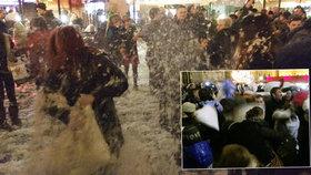 Polštářová řež v centru Prahy: Češi i cizinci do sebe bušili hlava nehlava