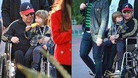 Elton John skončil na vozíku! Může za to mrtvice?!