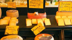 Pozor na triky výrobců: Proč se sýry dobarvují a čím?