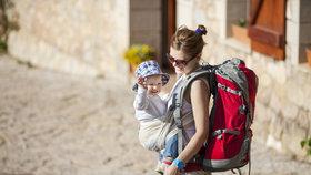 VIDEO: Šátek nebo baby vak? V čem nosit děti – výhody a nevýhody