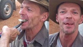 Zubař z buše trhá zuby pomocí kleští, kartonu a dřevěné paličky. Natočil ho Čech