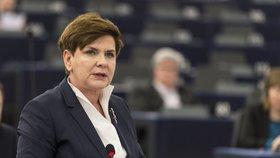 Limuzína s polskou premiérkou vyletěla z vozovky. Szydlová úřaduje z nemocnice