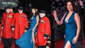 Sexy Catherine Zeta-Jones dráždila veterány: Když ukázala rozparek, málem se neudrželi na nohou