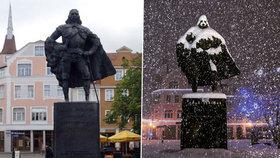 Sníh udělal Darth Vadera ze zakladatele města, sochu změnil k nepoznání