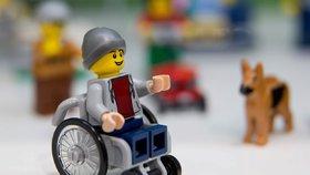 Handicapovaná hračka: Lego odhalilo první figurku na kolečkovém křesle