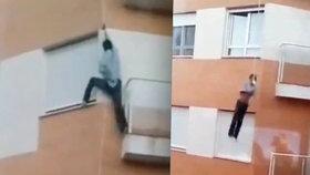 Vlastní hloupost ho stála život: Muž se při snaze dostat do bytu zabil