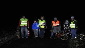 Chodci v tmavém oblečení jsou na silnici neviditelní: Reflexní prvky vám můžou zachránit život?