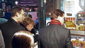 Hladová Merkelová šla z jednání do stánku pro hranolky. Čekal ji tam Lucifer