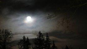 Česko prožívá světlejší noci, může za to suchý vzduch