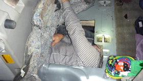 Vzhůru do Ameriky! Brazilec se snažil dostat do Kalifornie vtěsnaný v palivové nádrži. Celníci ho zatkli
