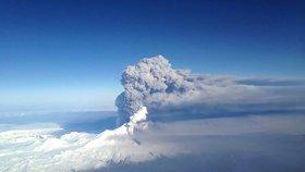Sopka na Aljašce chrlí dým, dochází v ní stále k explozím