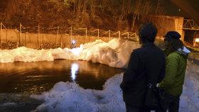 Řeku Bílinu znečistila smrdutá pěna. Nikdo neví, kde se tam vzala