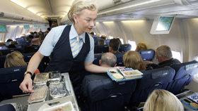 Stýská se vám po jídle z letadla? Aerolinky ho začaly nabízet i na zemi, mají přebytky
