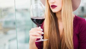 """Červené víno zpomaluje stárnutí. Účinnou dávku """"elixíru"""" ale nikdo nevypije"""