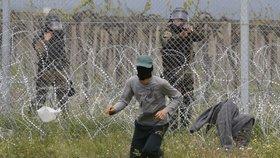 """Bojový křik a """"slzák"""": Těžkooděnci rozháněli uprchlíky, chtěli do Evropy"""