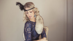 100 let dámské módy: Od bílých rukaviček až po kožený křivák!