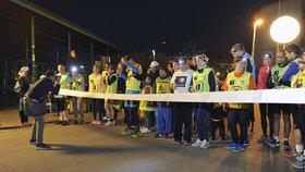 """Běh pro Světlušku opět """"rozsvítil"""" noční Prahu: Na závod dorazily tisíce lidí"""