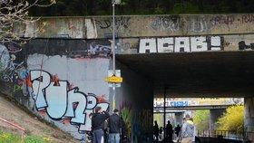 """""""Sprejeři, uklízejte po sobě!"""" Praha 4 kritizuje nepořádek u legálních ploch pro graffiti"""
