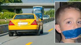 V autě na Liberecku uviděla dítě se zalepenou pusou: Chlapec ale jen držel bobříka mlčení