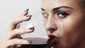 Potvrzeno: Sklenice červeného vína před spaním pomáhá hubnutí!