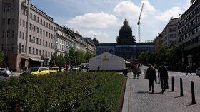 Na Václavském náměstí ordinují kožní lékaři: Zdarma prohlédnou kolemjdoucím znaménka