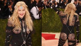 Nový šokující model královny popu: Madonna ukázala prsa i zadek