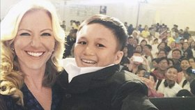 Mezinárodní trapas: Podnikatelka zvedla do náručí 6letého chlapce, ten byl ale ve skutečnosti dospělý muž