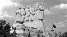 Stalin na Letné věčně? Před 65 lety mu tam odhalili pomník. Po 7 letech ho odstřelili