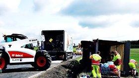S náklaďákem se utrhla krajnice: Vysypaly se z něj limonády