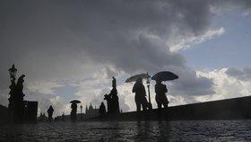 Po ránu budou zpívat ptáci, i tak se hodí mít po ruce deštník. Jaké počasí čeká Prahu?