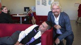 Noční můra každého zaměstnance: Miliardář Branson načapal svého podřízeného při šlofíku